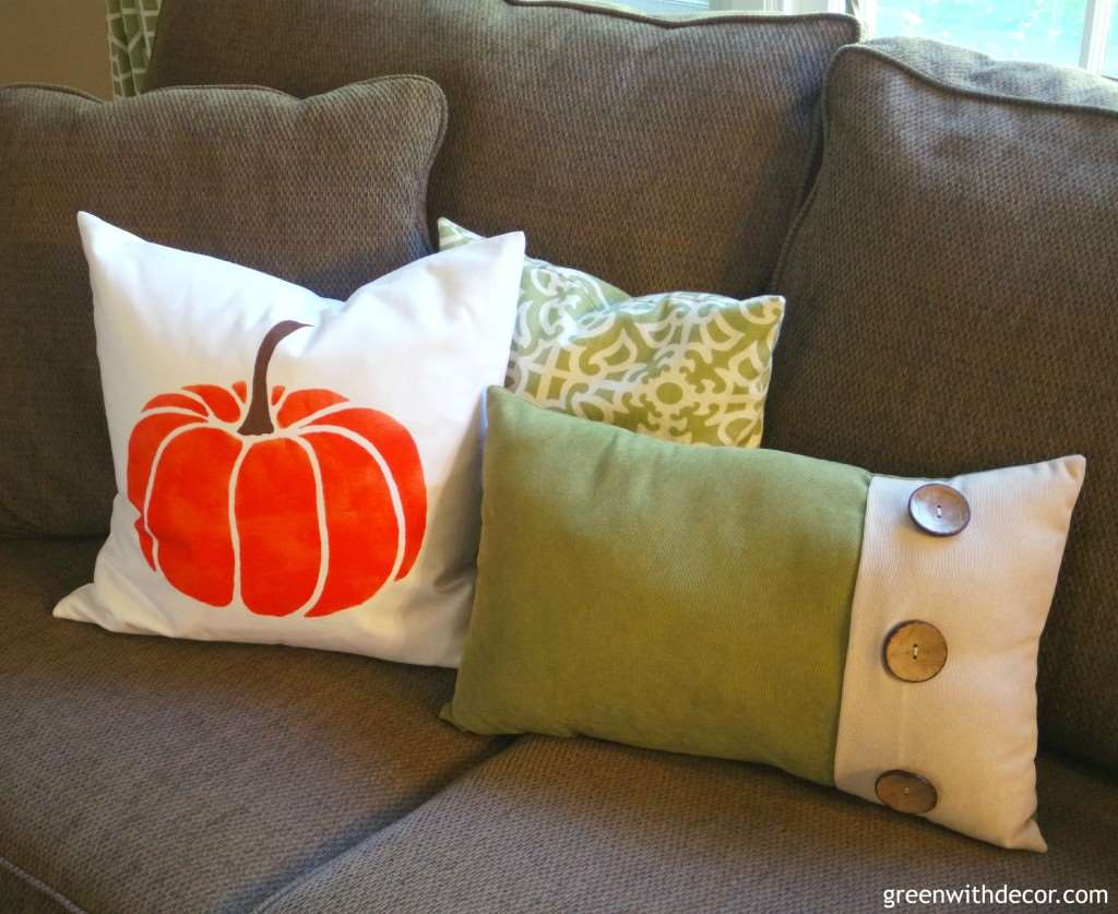 Oh my gosh, I love this DIY fall pillow! How cute!| Green With Decor