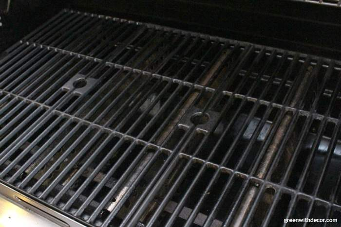 How to use a heat gun to clean a grill - who knew it was this easy? And there are SO many awesome DIY projects you can do with a heat gun, I want to try them all! This one is from Wagner, I love it!