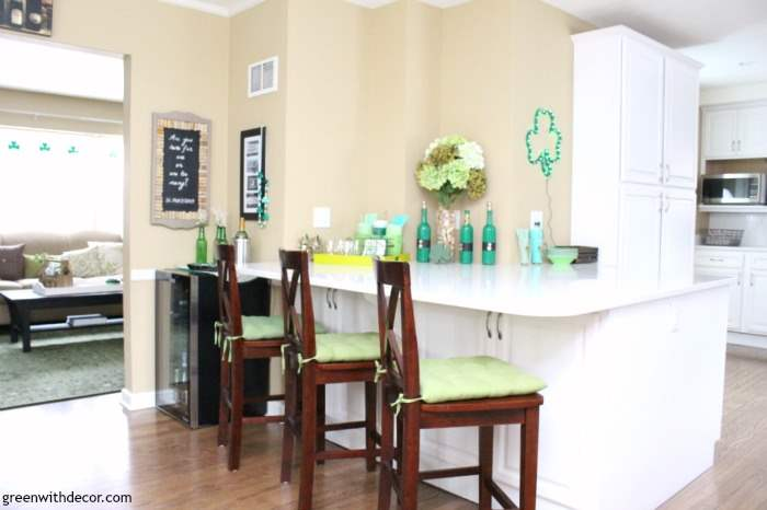 St. Patrick's Day easy decorating ideas for the kitchen. Love all her touches of green, how perfect for a St. Patrick's Day party!